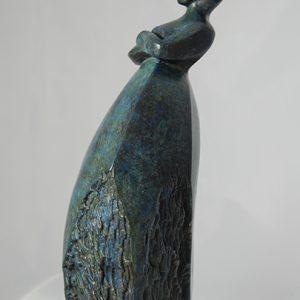 sculpture en bronze - femme avec bras croisés - titre: deux mots à dire