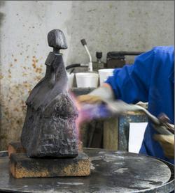 Camy Sculpture- Camy patine un bronze à la fonderie